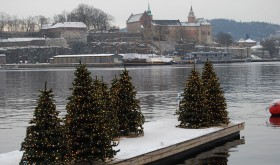 Snow on Sunday dusted Oslo's historic Akershus Fortress and Castle on the inner harbour, and Christmas trees set up along Aker Brygge. PHOTO: newsinenglish.no