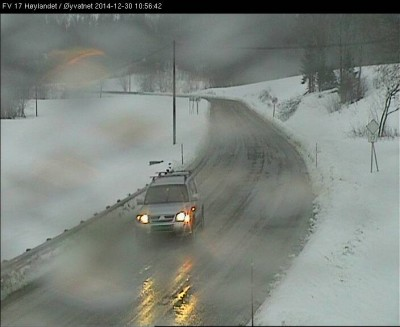 Stormy weather swept in over Namdalen during the night, splashing web cameras and challenging highway officials trying to keep roads open. This photo was taken by their web camera on County Road 17 at Høylandet Tuesday morning. PHOTO: Statens Vegvesen