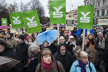 Members of unions in the YS federation were out in forced on Wednesday, braving cold wet weather to attend a large rally in front of the Parliament in Oslo. PHOTO: YS