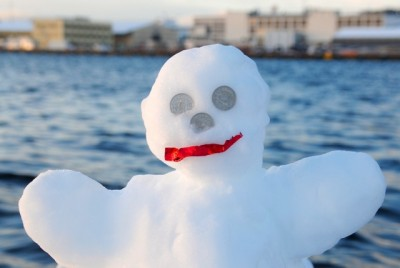 Instead of having two eyes made out of coal, this frosty snowman sported two eyes and a nose formed by krone coins, which aren't worth nearly as much as they were last winter. PHOTO: newsinenglish.no