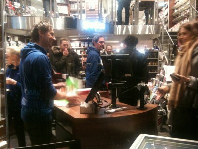 Customers crammed into a Narvesen news vendor in downtown Oslo on Friday to buy the latest edition of the French satire magazine Charlie Hebdo, whose editorial staff was attacked by terrorists earlier this month. The magazine sold out in just 45 minutes. PHOTO: newsinenglish.no