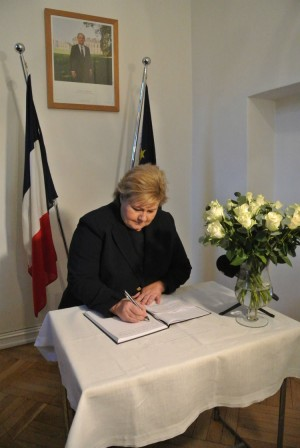Prime Minister Erna Solberg signed a condolence protocol at the French Embassy on Friday. On Sunday she and Foreign Minister Børge Brende will march in a demonstration against extremism and in support of freedom of expression in Paris. PHOTO: French Embassy