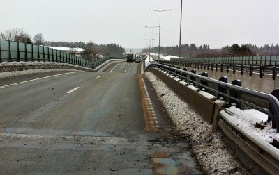 The southbound lanes of the E18 bridge at Skjeggestad dipped and officials feared the entire structure would collapse into the creek below. PHOTO: BRANNVESENET I VESTFOLD (VIB)