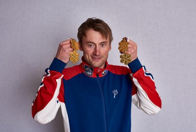 An exhausted Petter Northug found the strength to hold up his four gold medals from this year's Nordic World Ski Championships in Falun, Sweden. Norwegian athletes dominated the competition that ended on Sunday. PHOTO: Nordic Focus/FIS Photo Pool