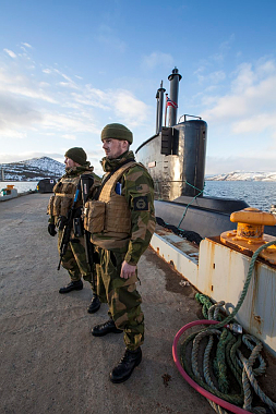 """Soldiers secure a dock for the submarine """"Utsira"""" during the recent Joint Viking exercises in Finnmark. PHOTO: Forsvaret/Kristian Kapelrud"""