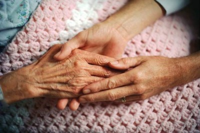 Many elderly simply need a hand to hold, others extensive care and help. The City of Oslo is on trial after two elderly women died because of what police believe was negligence. PHOTO: Sarpsborg kommune