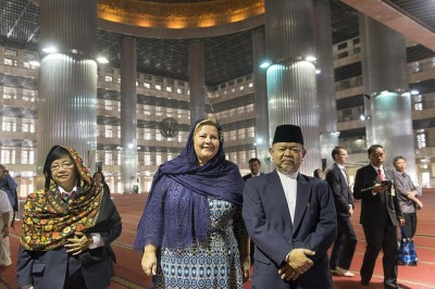 Prime Minister Erna Solberg visited one of the largest mosques in the world on Wednesday, during her official visit to Indonesia. PHOTO: Øystein L Andersen/Ambassaden i Jakarta