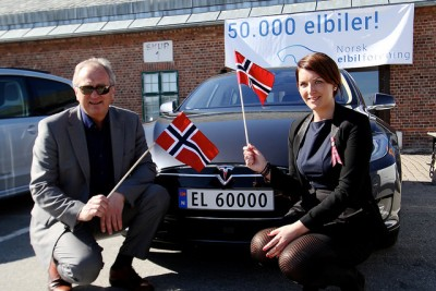 Christina Bu, head of the Norwegian EV Association, and Einar Olsen, director of the Port of Drammen, celebrated the deliver of electric vehicle #50,000 in Norway this week. The license plate reads 60,000 because the series started at 10,000. More than 60 percent of all new cars in Norway arrive in Drammen. PHOTO: Ståle Frydenlund/elbil.no