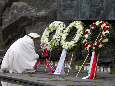 Queen Sonja was among those paying tribute Tuesday to victims of the 'Scandinavian Star' tragedy 25 years ago.  PHOTO: kongehuset.no