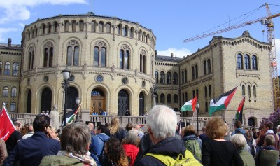 A large crowd turned out for a demonstration in front of the Norwegian Parliament calling for the recognition of Palestine on Wednesday. Members of Parliament didn't do so, despite support for the cause from Labour and several other parties. PHOTO: newsinenglish.no
