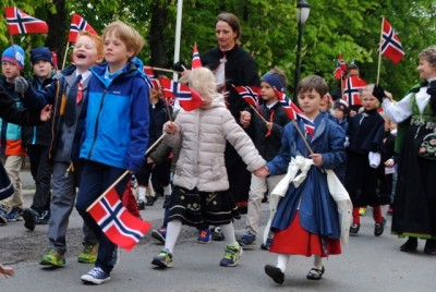 Everyone had to bundle up on the 17th of May, which was one of the coldest on record in Oslo on Sunday. Temperatures aren't expected to rise any time soon and rain poured down on Tuesday. PHOTO: newsinenglish.no