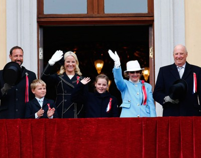 Debate has flared up again over whether Norway should retain its monarchy. Shown here on the balcony of the Royal Palace: (from left) Crown Prince Haakon, Prince Sverre Magnus, Crown Princess Mette-Marit, Princess Ingrid Alexandra, Queen Sonja and King Harald. PHOTO: kongehuset.no