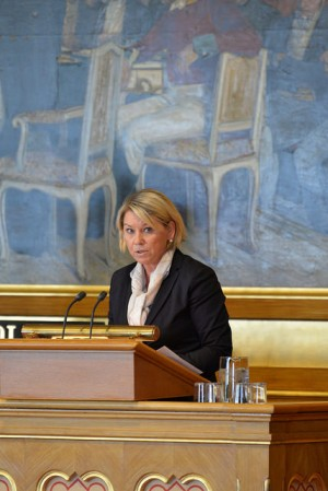 Business and Trade Minister Monica Mæland, shown here addressing Parliament in another matter, is irritated that the boards of Norwegian companies continue to favour men over women as CEOs. She's calling board leaders in on the carpet after the summer holidays, in an effort to get more women into top management. PHOTO: Nærings- og fiskeridepartementet