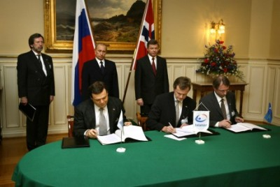 "Fredriksen's group called the hiring of Lunder ""exciting."" He's shown here, at right, sitting at the table with Telenor's now-retiring CEO Jon Fredrik Baksaas (center) and Telenor's partner in VimpelCom, Mikhail Fridman of Russia, signing a deal to extend investment in VimpelCom in November 2002. Standing behind them, Russian President Vladimir Putin and, at right, Kjell Magne Bondevik, who was Norway's prime minister at the time. PHOTO: Telenor/Bo Mathisen"