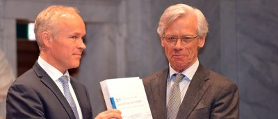 Knut Vollebæk (right) handed over his commission's report on injustices towards the Tater- and Romani folk in Norway to Jan Tore Sanner, the government minister who then issued an apology. PHOTO: Kommunal departementet