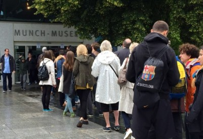 Visitors lined up on a rainy Tuesday this week to get inside the Munch Museum in Oslo, which is drawing crowds with its new Van Gogh+Munch exhibit. PHOTO: newsinenglish.no