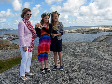 Queen Sonja, shown here with two other girls on the island of Tjøme last month, has had a summer home nearby for many years. On Monday evening, she came to the aid of an injured boater and those who'd rescued her. This photo was taken when the queen formally opened the new Færder National Park Center at the southern tip of Tjøme in late June. PHOTO: Sven Gjeruldsen/Det kongelige hoff