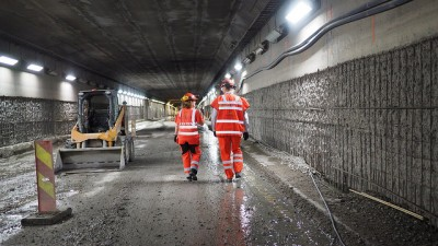 Major renovation is already underway on the Smestad Tunnel in Oslo. Crews are working around the clock to install new safety equipment, concrete and pavement. Several hundred other tunnels around the country have also been in the process of being upgraded. PHOTO: Samferdselsdepartementet