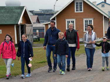 This sort of holiday photo, from the royal family's stroll around the fortress at Vardø, is clearly fine to publish on the pages of the royals' own state-financed website. Crown Prince Haakon and Crown Princess Mette-Marit are pictured at center. PHOTO: Det kongelige hoff/Sven Gjeruldsen