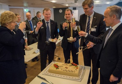 The mayors of Sandefjord, Andebu and Stokke were rewarded with, among other things, cake and a toast from Sanner and Prime Minister Erna Solberg. PHOTO: Kommunal- og moderniseringsdepartementet