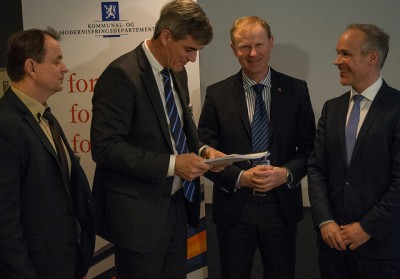 The mayor of Sandefjord, Bjørn Ole Gleditsch (center), delivered an application to government minister Jan Tore Sanner (right) earlier this year to merge with two other local municipalities, Stokke (with Mayor Erlend Larsen next to Sanner) og Andebu, represented by Mayor Bjarne Sommerstad. PHOTO: Kommunal. og moderniseringsdepartementet