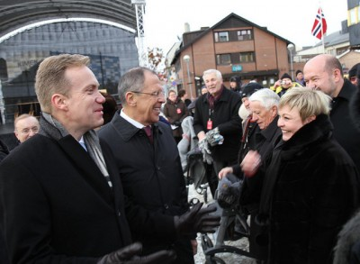 Foreign ministers Børge Brende of Norway (left) and Sergej Lavrov met during ceremonies last year marking the 70th anniversation of Russia's liberation of Finnmark in Kirkenes. Tensions over Ukraine and Syria have risen since then, but Brende now welcome's Lavrov's newly stated intention to cooperate on environmental and other issues in the Far North. PHOTO: Utenriksdepartementet