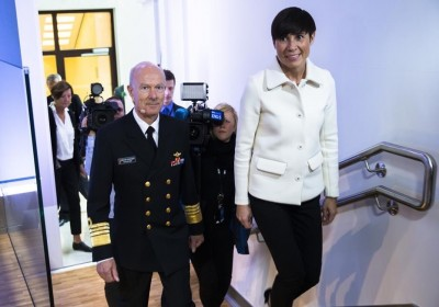 Defense Chief Haakon Bruun-Hanssen on his way to Thursday's presentation of his Strategic Military Review, with Defense Minister Ine Eriksen Søreide. PHOTO: Forsvaret/Torbjørn Kjosvold