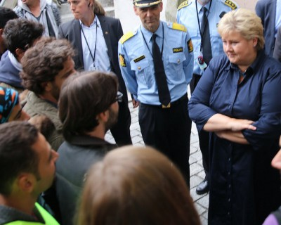 Prime Minister Erna Solberg took time to meet and greet some of the refugees arriving in Oslo last week, but now she warns that refugee costs must be contained. PHOTO: Statsministerens kontor