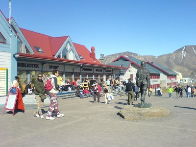 Longyearbyen is the largest Norwegian administrative and population center on Svalbard and got its own local government in 2002. It's now responsible for local infrastructure, community planning and social services like day care centers. PHOTO: Wikipedia Commons