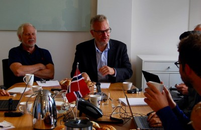 Historian Asle Sveen and PRIO director Kristian Harpviken brainstorming about Nobel Peace Prize candidates with foreign correspondents in Oslo. PHOTO: newsinenglish.no