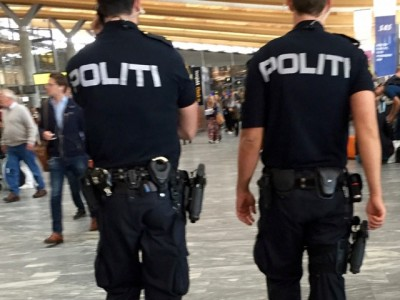 Norwegian police, like those on duty recently at Oslo's main airport at Gardermoen, will no longer be allowed to carry weapons on a regular basis. PHOTO: newsinenglish.no