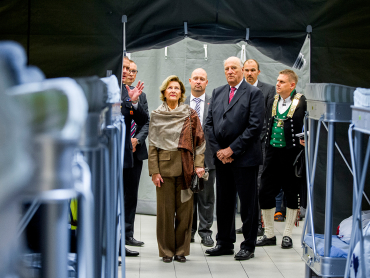 The royal couple gazes at rows of bunk beds set up for refugees. PHOTO: kongehuset.no/Scanpix
