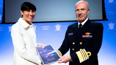Defense Minister Ine Eriksen Søreide has been handed lots of reports offering advice from Defense Chief Haakon Bruun-Hanssen. Now she's coming up with her own proposals, which include some major spending cuts. PHOTO: Forsvaret