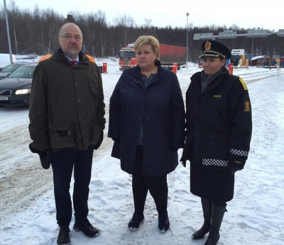 Just two months ago, local mayor Rune Rafaelsen (left) showed Prime Minister Erna Solberg (center) around the asylum center in Kirkenes and introduced her to newly arrived refugees. Local Police Chief Elen Katrine Hætta (right) and Rafaelsen sought help in dealing with the refugee influx, but now the mayor objects to how it's being carried out. PHOTO: Statsministerens kontor