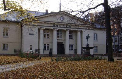 Oslo's stock exchange (Oslo Børs) reacted well to news of an OPEC production cut, but analysts were cautious about any long-term effects. PHOTO: newsinenglish.no
