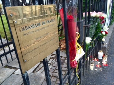 Flowers were already appearing outside the French Embassy in Oslo Saturday morning, along with candles, signs of sympathy and support following the attacks on Paris. PHOTO: newsinenglish.no