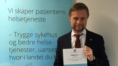 Health Minister Bent Høie, with the government's new hospital plan that he's proposing in parliament. PHOTO: Helse- og omsorgsdepartementet