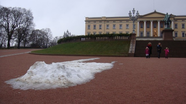 lack of snow on palace grounds