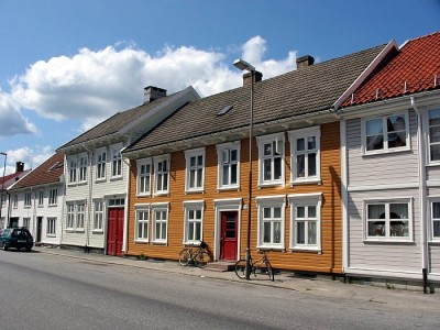 The fire broke out in this area of Kristiansand, known for its historic wooden homes. Two were badly damaged. PHOTO: Wikipedia Commons/Tomasz Sienicki