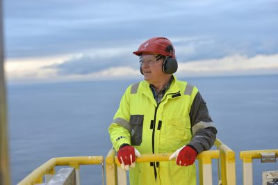 Statoil CEO Eldar Sætre, shown here visiting an offshore platform himself, remains under pressure to cut more costs. Now the company is studying its offshore staffing, making platform workers nervous. PHOTO: Statoil