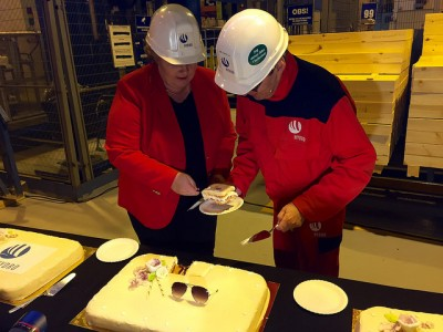 Prime Minister Erna Solberg donned a hard-hat and helped cut cake when Hydro officially launched its new full-scale technology pilot project at Karmøy on Wednesday. PHOTO: Statsministerens kontor