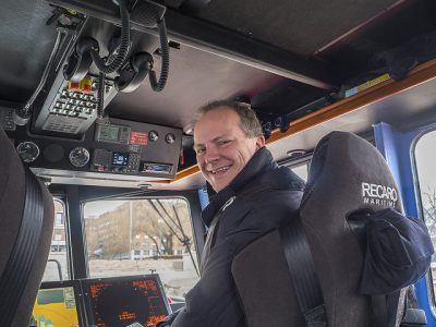 Transport Minister Ketil Solvik-Olsen put himself in the driver's seat on Sunday and ended a more than five-week strike by locomotive engineers on Sunday. State railway NSB said trains won't be running on schedule again, though, until Tuesday. PHOTO: Samferdselsdepartementet