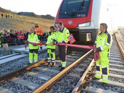 The government is also under pressure to invest in the state rail system. Transport Minister Ketil Solvik Olsen and railroad boss Elisabeth Enger ceremoniously marked improvements recently to the Dovrebanen line between Oslo and Trondheim. PHOTO: Samferdselsdepartementet