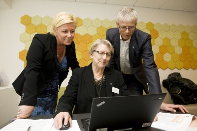 Finance Minister Siv Jensen (left) and state Tax Director Hans Christian Holte look over the new electronic Business Tax Return with Grethe Holterhuset, who helped launch the latest attempt at tax simplification in Norway. PHOTO: Thomas Brun/NTB