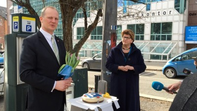 """Transport Minister Ketil Solvik-Olsen of the Progress Party received flowers and a cake from state consumer advocate Randi Flesland, after announcing new, streamline parking regulations that will apply nationwide. They're said to be much more consumer-friendly and aimed at reining in the """"parking cowboys"""" who've pounced too hard on motorists. PHOTO: Samferdselsdepartementet"""