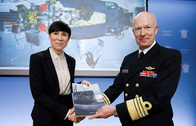 Defense Minister Ine Eriksen Søreide (left) received yet another report on Monday from Defense Chief and Admiral Haakon Bruun-Hanssen. It suggested that preparedness at home in Norway is inadequate. PHOTO: Forsvaret/Torbjørn Kjosvold