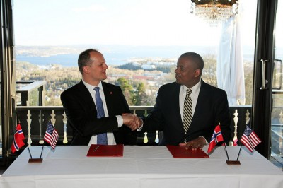 Norway's Transport Minister Kjetil Solvik-Olsen later invited his US counterpart, Anthony Foxx, for dinner at Holmenkollen in the hills above Oslo, where the Norwegian Air application was to be a theme. They also signed an agreement to exhange knowledge, technology and experience in the field of transportation. On Friday, they planned to go bike-riding together at Fornebu, the site of Oslo's old airport that's since been redeveloped into a business, residential and park area. PHOTO: USAs ambassade i Norge