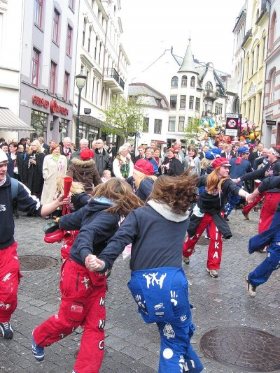 Not all russ celebrated simply by dancing in the streets, like here in Ålesund. This year's russ season has seen a sharp increase in drug use and assaults. PHOTO: Wikipedia Commons