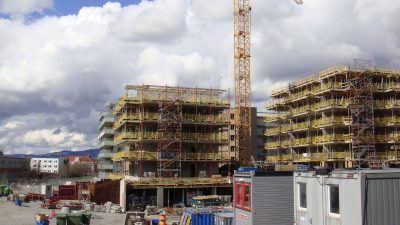 Even though there are lots of construction cranes all over Oslo at present, brokers complain there hasn't been enough homebuilding to boost supply at a time of heavy demand. Others contend parental assistance and a desire to live in certain popular neighbourhoods are factors sending prices up, not just supply and demand. PHOTO: newsinenglish.no