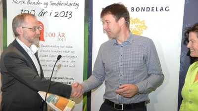 Farmers' leader Lars Petter Bartnes (center) handed over his organization's demands to Leif Forsell of the state agriculture ministry on Monday. At right, Merete Furuberg of Norway's other farm lobbying organization, Norsk Bonde of Småbrukarlag. PHOTO: Landbruks- og matdepartementet